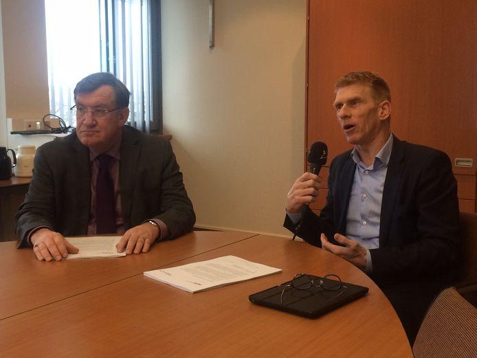 Burgemeester Hellegers (links) en Bakermans lichten het plan van aanpak toe dat moet leiden tot de fusie van Uden en Landerd tot de nieuwe gemeente Maashorst.