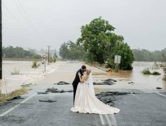 """""""Ik heb even gehuild, en toen heb ik het opgelost"""": koppel trouwt middenin overstroming"""
