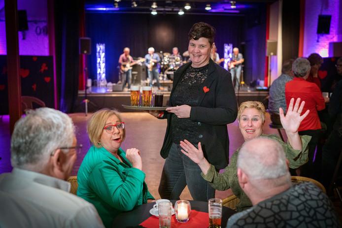 Op Valentijnsavond is in het dorpshuis in Angeren begonnen aan een serie activiteiten voor het 50-jarige bestaan, vertelt beheerder Simone Harmsen (in het midden).