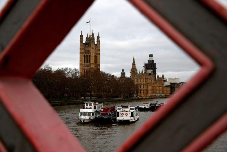 De Britse Houses of Parliament, waar het House of Commons (Lagerhuis) en het House of Lords (Hogerhuis) zetelen in Londen, gezien vanaf de Tower Bridge. Beeld AFP