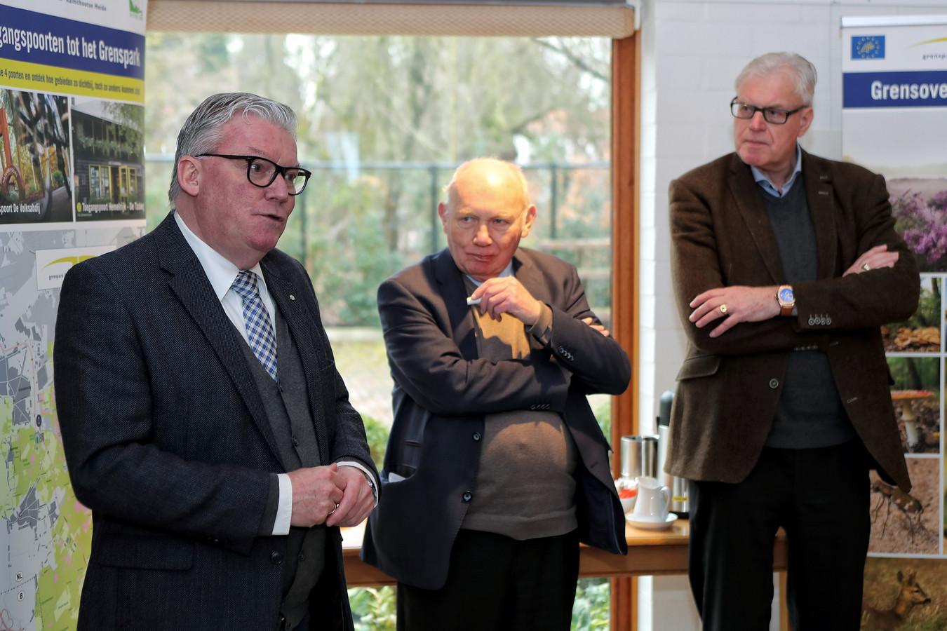 Martin Groffen (links), nu nog wethouder van financiën in de gemeente Woensdrecht, wordt de nieuwe voorzitter van het Grenspark De Zoom-Kalmthoutse Heide. Naast hem twee van zijn voorgangers: Herman Suykerbuyk en Cees van Liere.