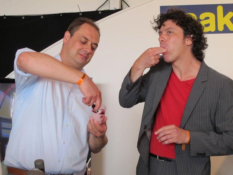 Coalitie-cuisine: D66-raadslid Gerolf Bouwmeester (li) en Groenlinkser Paul van Grieken proeven hun kookkunsten. Beeld
