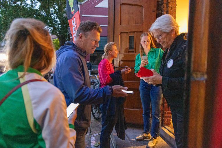 Theaterbezoekers staan in de rij om hun CoronaCheck-app te laten controleren bij het Haarlemse Theater De Liefde, waar Theo Maassen een voorstelling verzorgt voor een volle zaal.  Beeld Michel van Bergen