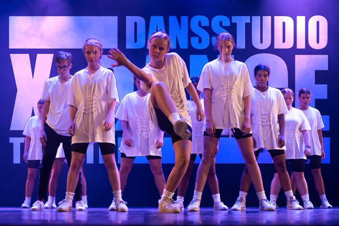 Optreden van een groep van Dansstudio X-Dance.