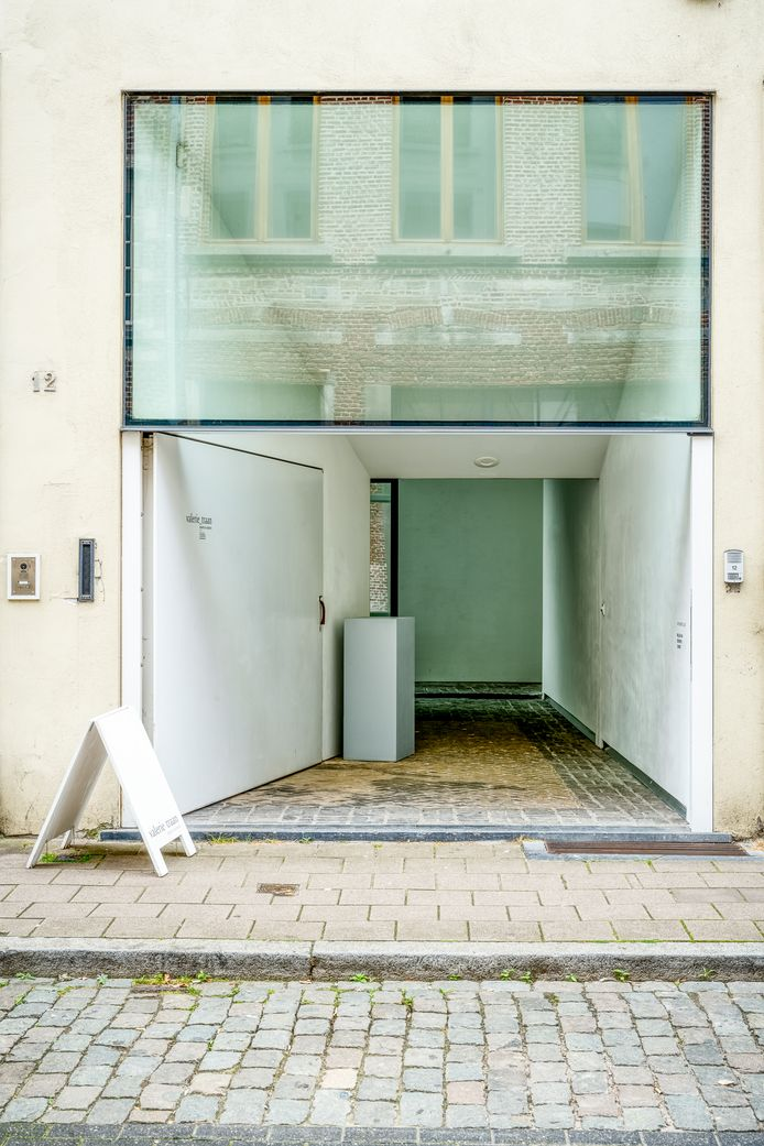 Als de galerie open is, draait de witte poort open en lijkt de ingang een trechter die je naar binnen zuigt.