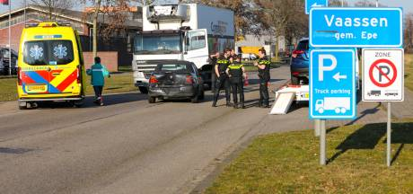 Chauffeur van autoschadebedrijf in Vaassen veroorzaakt aanrijding pal voor eigen deur