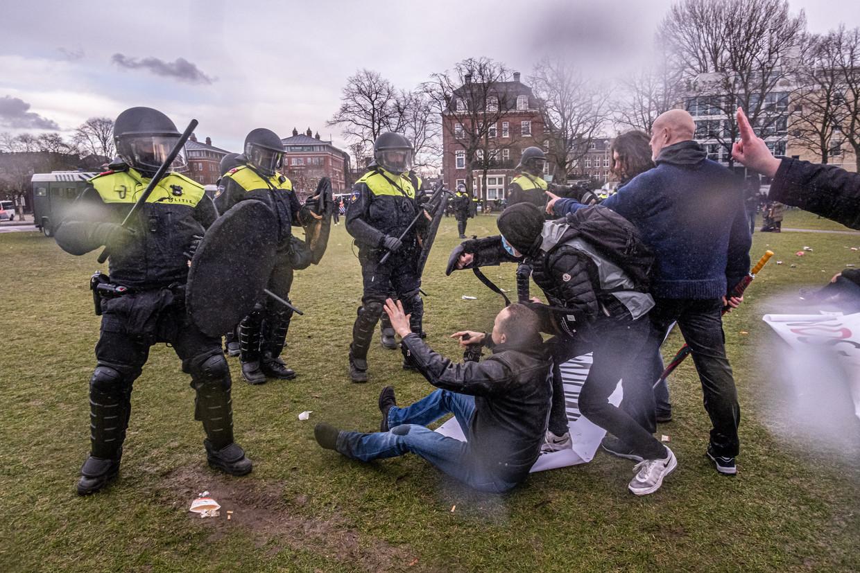 De politie maakte zondagmiddag een einde aan de uit de hand gelopen demonstratie tegen de coronamaatregelen op het Museumplein.  Beeld Joris van Gennip