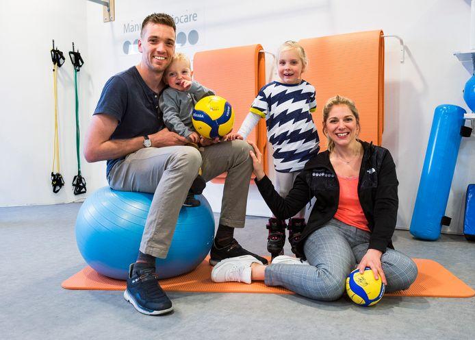 Volleyballer Sjoerd Hoogendoorn met vrouw Clair en kinderen Simo en Anna in de fysiotherapiepraktijk van Clair.