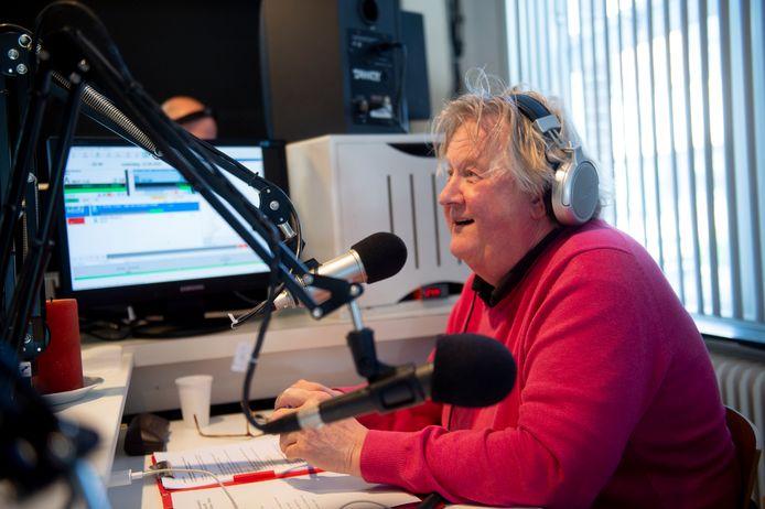 Chris Wolters in de studio RTV Voorst, toen hij in april een van de makers van het programma'Hulp uit uw radio was. Foto archief