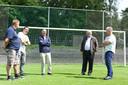 Willy van der Kuijlen en rechts naast hem PSV-scout Klaas van Baalen genieten in 2016 nog één keer bij de goal op de Wageningse Berg, waar Van der Kuijlen in 1974 een gat in het net schoot. Jarenlang waren Van der Kuijlen en Van Baalen een onafscheidelijk duo bij PSV.