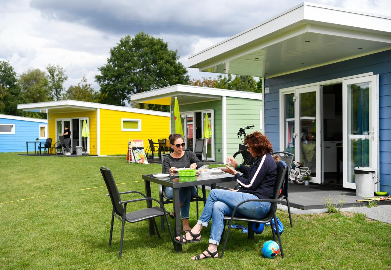 Vakantiegangers op het vijfsterren vakantiepark Ackersate. Veel Nederlanders kozen afgelopen jaar voor een vakantie in eigen land vanwege de coronacrisis.