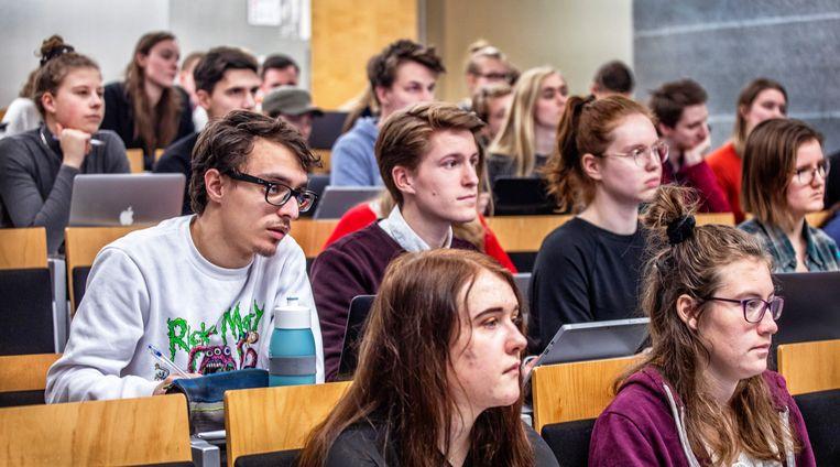 Utrecht - Bij de Pabo aan de hogeschool zitten eerste jaars studenten in een hoorcollege.  Beeld Foto Raymond Rutting / de Volkskrant