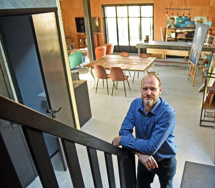 Jan Vantoortelboom in zijn nieuwe schrijvershuis in Ossenisse.