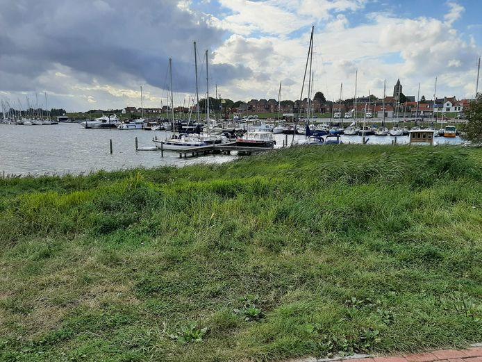 De plaats waar de generatiewoning zou moeten komen, pal aan de Thoolse haven.