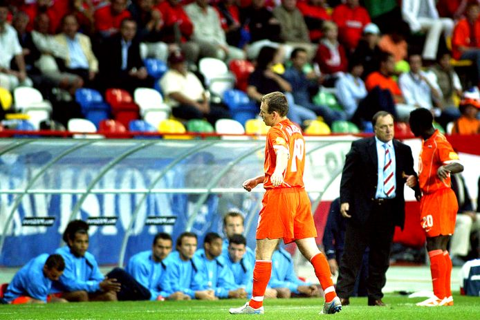 Arjen Robben verlaat teleurgesteld het veld tegen Tsjechië.