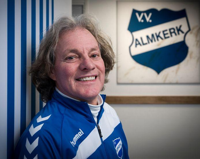 Ad van Seeters heeft zijn contract voor onbepaalde tijd verlengd bij vv Almkerk. ,,Van mijn vrouw hoef ik niet te stoppen.'