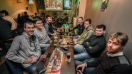 Martijn uit Ooigem maakt zijn opwachting in De Mol; vrienden volgen programma op groot scherm in 't Brouwerijtje