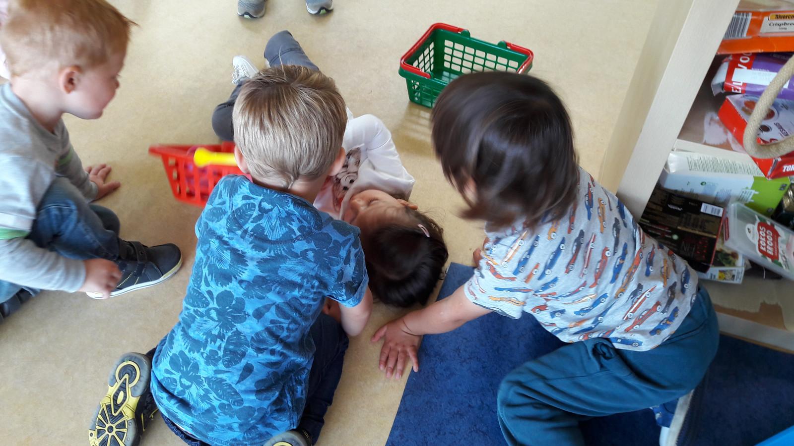 Eerst verzamelen zich drie oudere jongens rond Sara. Dan voltrekt zich een klein wonder.