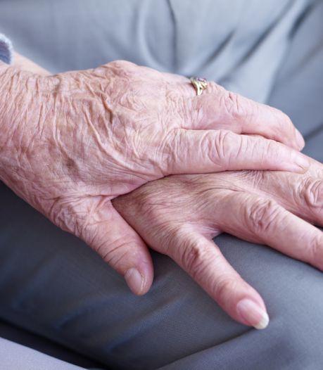 Bejaarde vrouw (90) slachtoffer van babbeltruc in Den Bosch, duo maakt geld en zilveren lepels afhandig