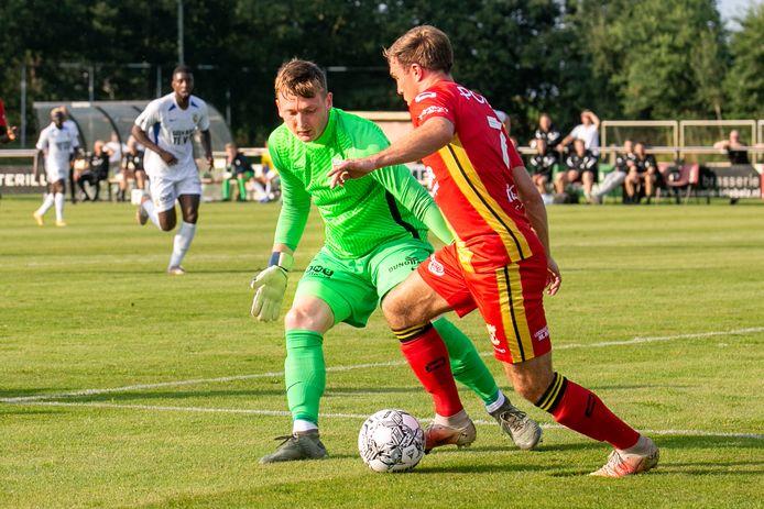 Vitesse-keeper Markus Schubert in duel met Go Ahead Eagles-speler Martijn Berden.