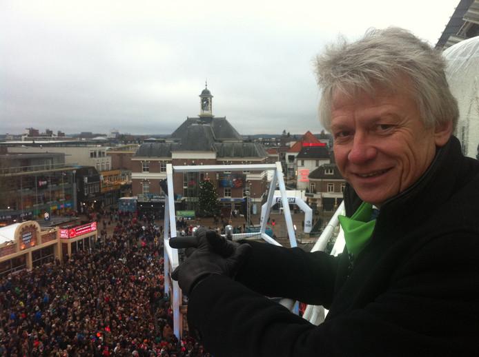 John Berends kijkt tijdens Serious Request vorig jaar uit over het Marktplein, met onder zich het Glazen Huis.