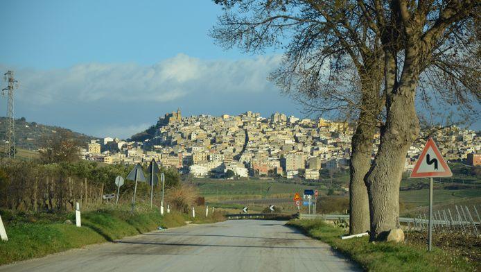 La ville de Sambuca est située sur une colline du nord-ouest de la Sicile, à quelques kilomètres de la mer.