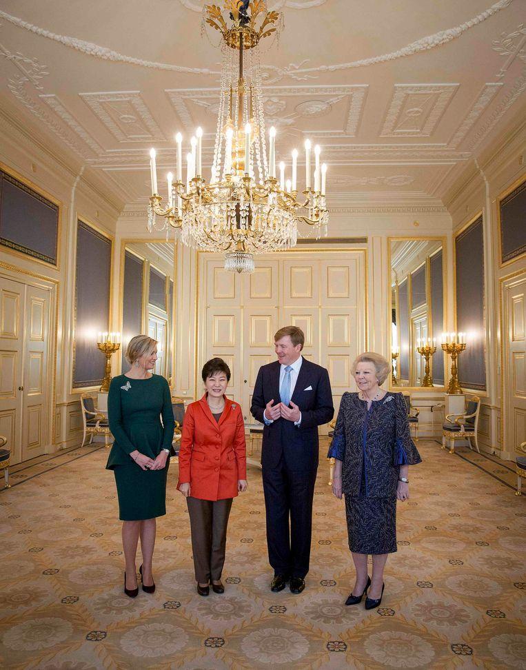 In Paleis Noordeinde in maart ontvingen koning Willem-Alexander, koningin Màxima en prinses Beatrix onder meer de Zuid-Koreaanse president Park Guen-hye. Beeld REUTERS
