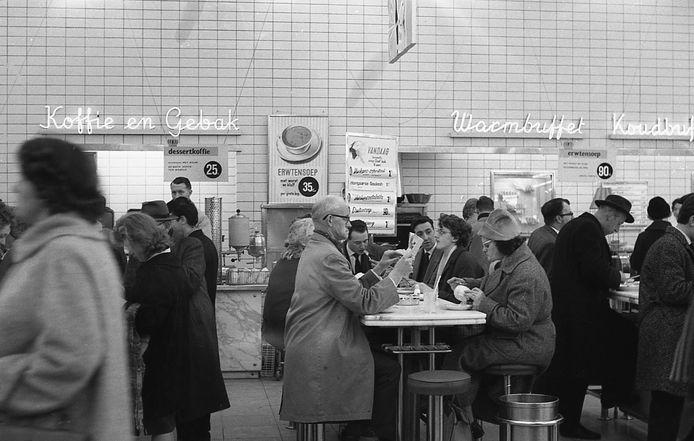 Nostalgie, zeker voor de oudere lezers. Het restaurant in de Hema, Beursplein, 1962.