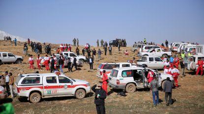 Vliegtuigcrash in Iran: reddingswerkers dragen op hun rug de eerste lichamen naar beneden
