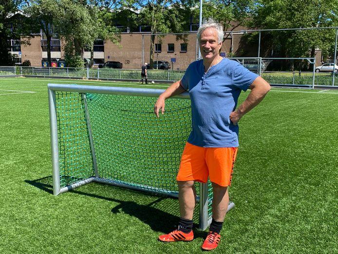 Marty van Bijsterveld wacht tot z'n kleindochter Fenna ook voetballen kan.