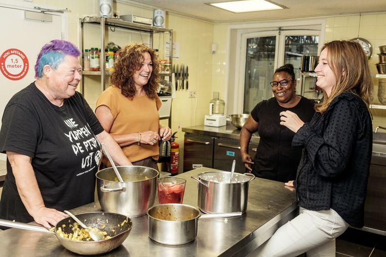 In de keuken: (vlnr) Nicoline, Petra Nieuwlaat, Natasha Valies, Pien ter Voert.  Beeld Jakob van Vliet