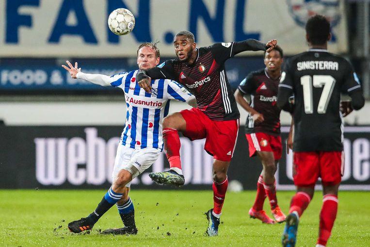 Heerenveen-speler Siem de Jong (links), uiteindelijk matchwinner, wordt in een duel dwarsgezeten door Feyenoorder Leroy Fer. Beeld ANP