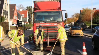 Kop-staartaanrijding tussen vrachtwagen en twee auto's; twee bestuurders gewond