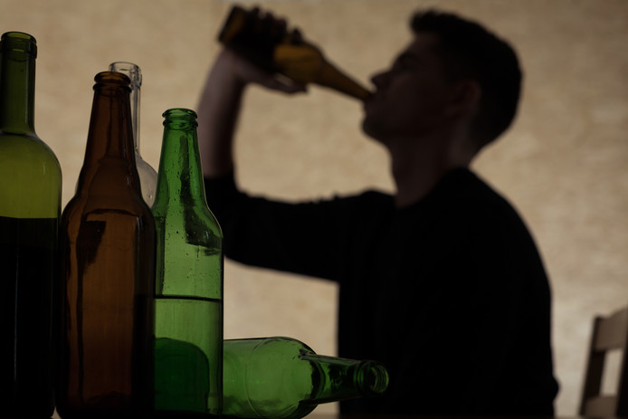 Alcoholism among young people - teenager drinking beer tiener bier alcohol