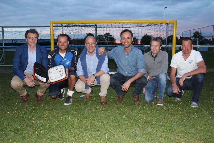 De mannen van WSL Lotenhulle tonen de nieuwe hartstarter, voor één van de nieuwe dribbeldoelen.