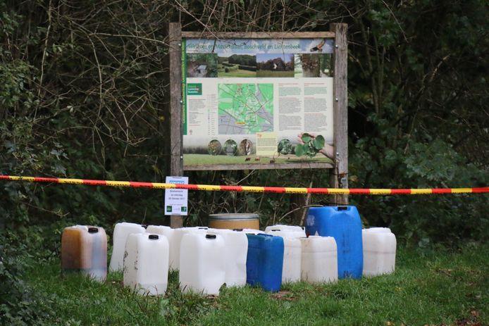 Achtergelaten vaten van chemicaliën op de parkeerplaats van Park Mariëndaal.