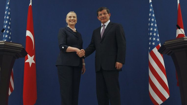 Hillary Clinton samen met haar Turkse collega Ahmet Davutoglu. Beeld reuters