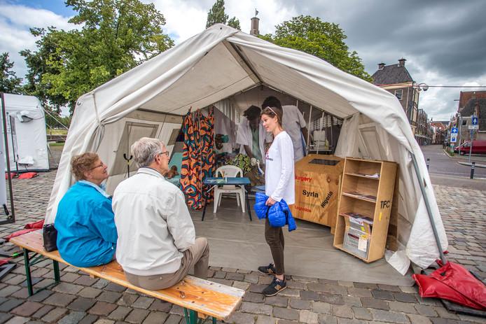 Tropenarts Florien Oudenaarden geeft in een tentenkamp van Artsen zonder Grenzen in Zwolle uitleg over haar werk.