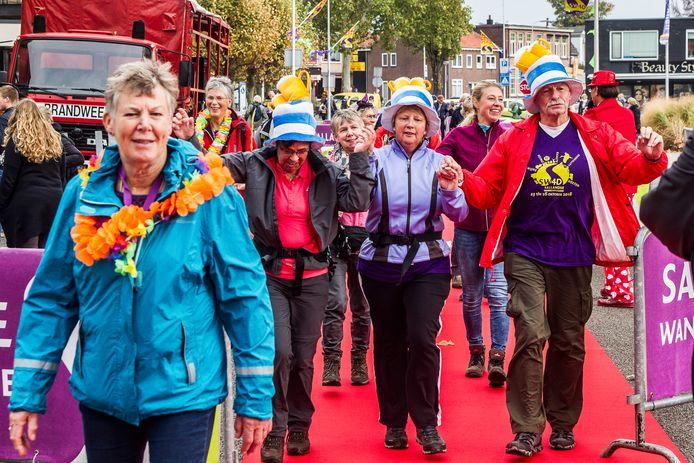 Regen kon de lopers van de Sallandse Wandelvierdaagse op de finish niet deren.