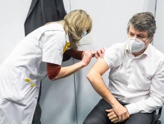 """'Oefenprik' minister Somers in Bilzens vaccinatiecentrum veroorzaakt verwarring op sociale media: """"Waarom geen naald gebruiken?"""""""