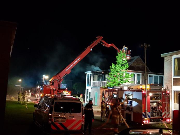 De brandweer blust de brand.