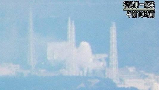 Ondanks eerdere berichten dat het vuur in reactor 4 gedoofd was, komt er weer witte rook of stoom tevoorschijn. Dit beeld is gefilmd vanop 30 kilometer afstand.