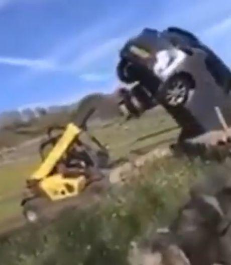 Un fermier se débarrasse d'une voiture garée devant son portail avec son tracteur