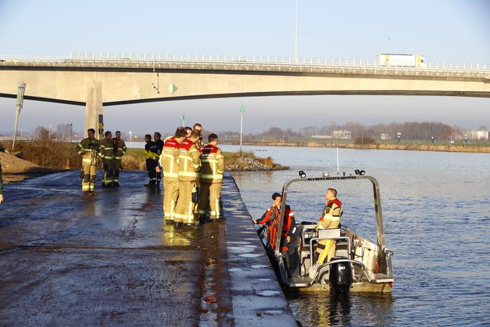 Brandweermensen steken op 4 december van wal voor de zoektocht naar de mogelijke drenkeling.