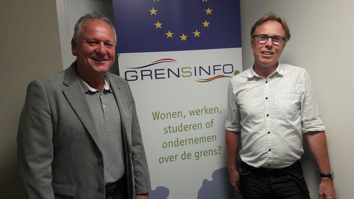 Hans Verdult van het Grensinfopunt Brabantse Wal (links) maakt een herstart met het inloopspreekuur in het gemeentehuis te Hoogerheide voor wie vragen heeft over werken of wonen over de grens. Wethouder Lars van der Beek is er blij mee.