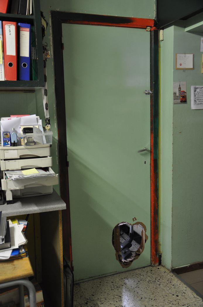 Om het alarm aan de bovenkant van de deur te omzeilen zaagden de inbrekers een gat in de onderkant van de deur.