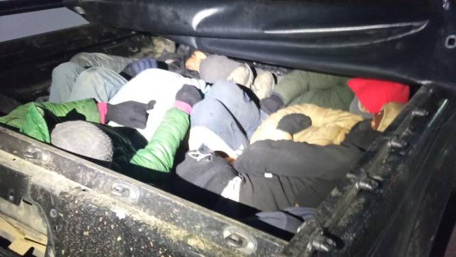 15 verstekelingen uit een voertuig gehaald bij grootschalige politieacties tegen mensensmokkelaars in Grieks grensgebied