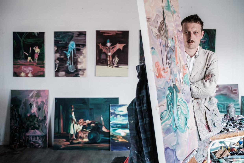 'Ik ben niet iemand wiens werk er beter op wordt van maandenlang te zitten wriemelen', zegt Van Looy. Zijn kunst doet denken aan een combinatie van Disney, Anton Pieck en Magritte.  Beeld Bob Van Mol