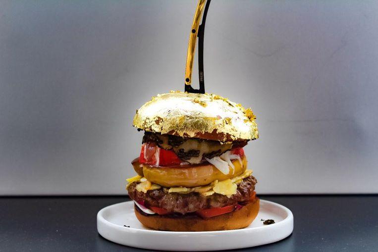 Buik maakte de 2050 euro kostende hamburger ter ere van de Internationale Hamburgerdag op 28 mei. Beeld Diego Buik