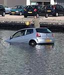 Een automobilist die met zijn voertuig in Den Haag te water raakte, wist zelf uit het voertuig te komen en besloot op het dak van zijn auto nog een ballonnetje lachgas te nemen, terwijl hij wachtte tot de hulpdiensten arriveerden.